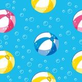 与手拉的海滩元素的五颜六色的无缝的夏天样式 漂浮与球的夏天水池 E 库存例证