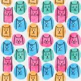 与手拉的猫和五颜六色的斑点的逗人喜爱的无缝的样式在白色破旧的背景 免版税库存图片