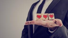 与手拉的红色心脏的木字母表块 免版税库存图片