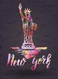 与手拉的纽约标签自由女神像,在有水彩积土的纽约上写字 免版税库存照片