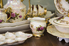 与手拉的花的豪华茶具 免版税图库摄影