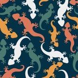 与手拉的蜥蜴的无缝的抽象样式 五颜六色的geck 皇族释放例证