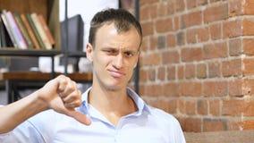 与手指的不赞成姿态:没有标志,否认,宽松,拇指下来 免版税图库摄影