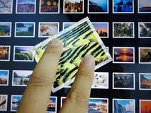 与手指的Apple Ipad照片 免版税库存照片