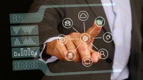 与手指购买网上按钮的男性商人接触在玻璃显示器,触摸屏 技术,网企业概念 免版税库存图片