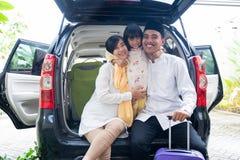 与手提箱旅行的回教家庭 免版税库存照片