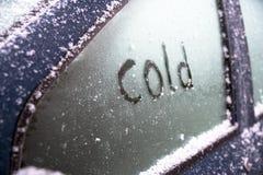 与手文字寒冷的冻车窗, sa的概念 免版税库存照片