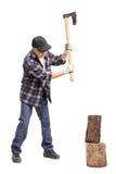 与手斧的老人分裂的木头 图库摄影