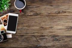 与手机、照片和咖啡杯的办公室桌 免版税库存图片