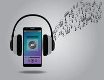 与手机智能手机和耳机歌曲曲调的听的音乐 免版税图库摄影