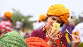 与手机的女性式样Selfie 股票视频