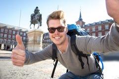 与手机的学生背包徒步旅行者旅游采取的selfie照片户外 免版税库存图片