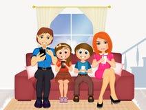 与手机的家庭在长沙发 库存图片