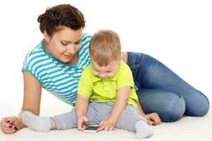 与手机的愉快的家庭。 库存照片