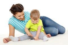 与手机的愉快的家庭。 免版税库存图片