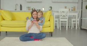 与手机的母亲和女儿网络 影视素材