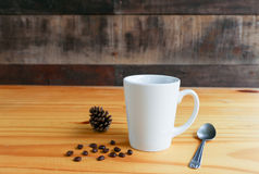 与手机的热的咖啡在木桌上 库存照片