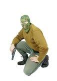 与手枪的人佩带的伪装面具 免版税图库摄影