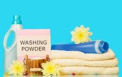 与手段的清洁毛巾洗涤和黄色花的 免版税库存照片