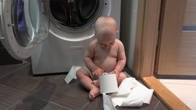 与手纸卷的白种人儿童男孩戏剧在卫生间里 影视素材