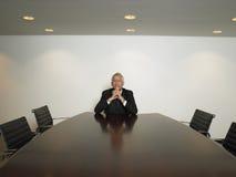 与手被扣紧的开会的商人在会议室 库存图片