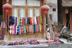 与手被编织的披肩的纪念品店在大寨在龙胜中国 免版税库存照片