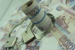 与手铐的俄国金钱贿款的 图库摄影