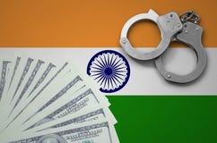 与手铐的印度旗子和捆绑美元 非法银行业务的概念在美国货币的 免版税图库摄影