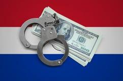 与手铐的巴拉圭旗子和捆绑美元 货币腐败在国家 财政罪行 免版税图库摄影