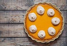 与打好的为感恩做的奶油和香料的欢乐自创可口南瓜饼,万圣夜,顶视图 免版税库存照片