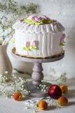 与打好的奶油和玫瑰色奶油的蛋糕 免版税库存照片