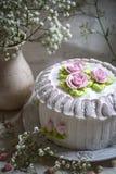 与打好的奶油和玫瑰色奶油的蛋糕 免版税库存图片