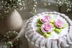 与打好的奶油和玫瑰色奶油的蛋糕 免版税图库摄影