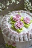 与打好的奶油和玫瑰色奶油的蛋糕 图库摄影