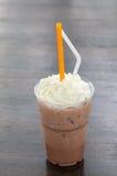 与打好的奶油的冰巧克力 免版税库存照片