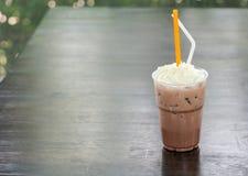 与打好的奶油的冰巧克力 免版税库存图片