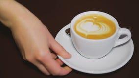 与打好的奶油的咖啡在一个白色杯子 股票视频