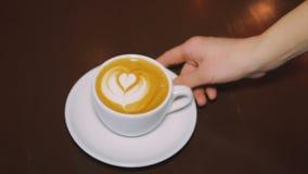 与打好的奶油的咖啡在一个白色杯子 影视素材