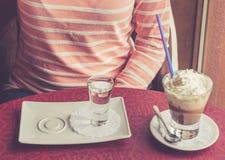 与打好的奶油的咖啡服务 库存图片