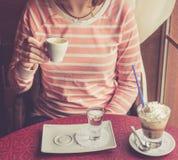 与打好的奶油的咖啡服务 免版税图库摄影