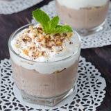 与打好的奶油的咖啡点心在一个玻璃烧杯 免版税图库摄影