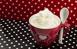 与打好的奶油的咖啡 库存图片