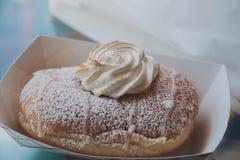与打好的奶油的多福饼 图库摄影