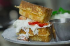 与打好的奶油的奶蛋烘饼草莓早餐 库存图片