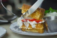 与打好的奶油的奶蛋烘饼草莓早餐 免版税库存图片