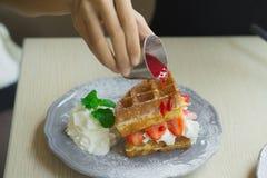 与打好的奶油的奶蛋烘饼草莓早餐 库存照片