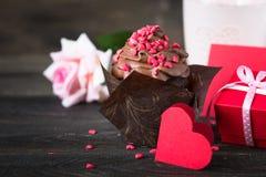 与打好的奶油的巧克力杯形蛋糕为华伦泰` s天 库存照片