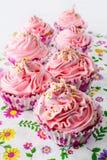 与打好的奶油的桃红色生日杯形蛋糕 免版税图库摄影