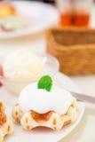 与打好的奶油的比利时华夫饼干 免版税库存照片