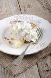 与打好的奶油的苹果计算机馅饼在板材 免版税库存图片